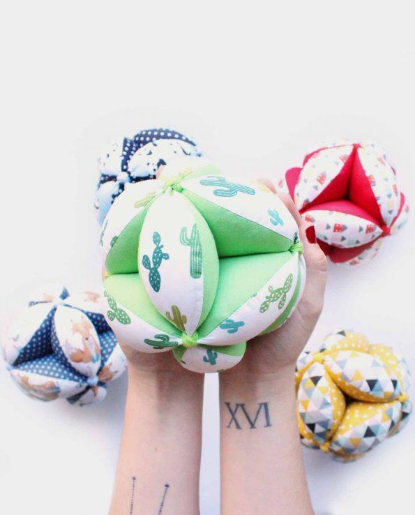 pelota montessori de tela hecha a mano