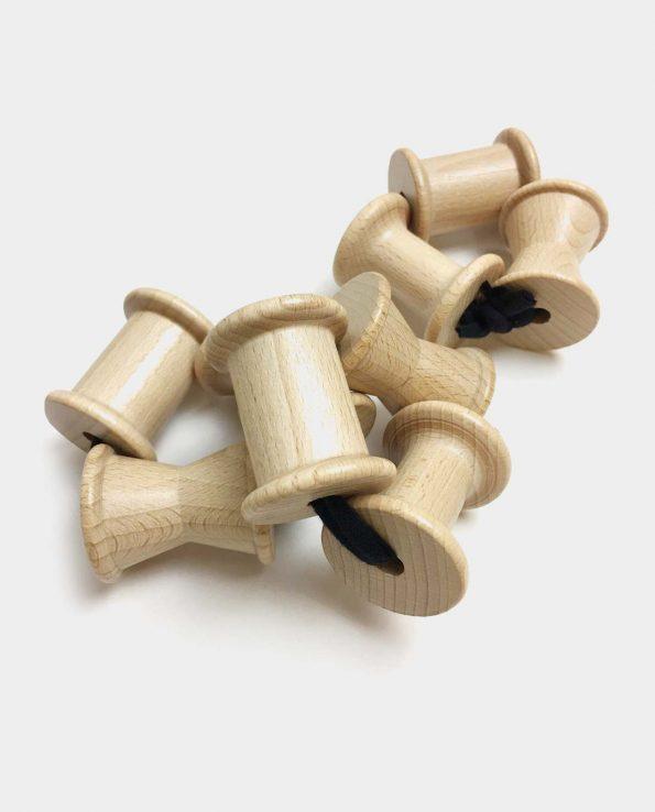 Tres carretes de madera unidos por una cuerda ideal para bebes y la panera de los tesoros