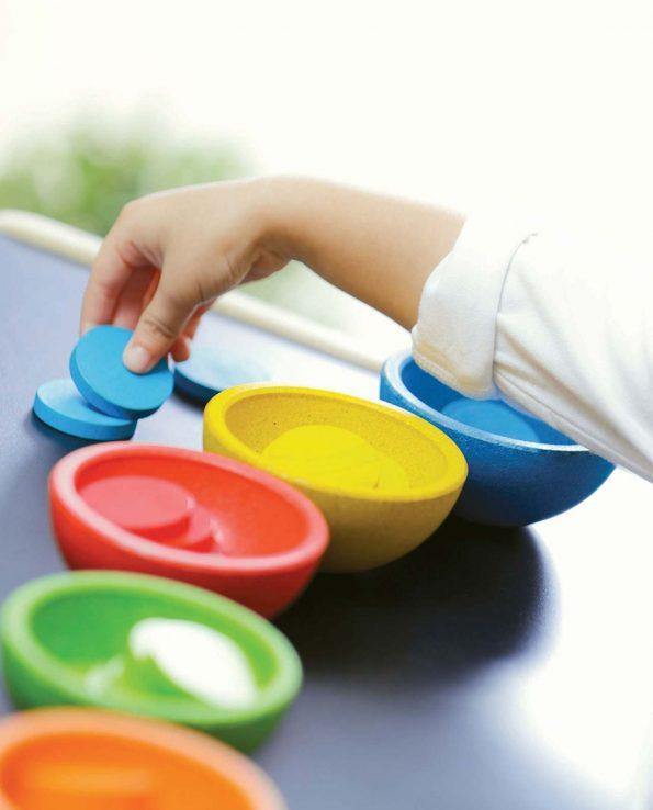 tazas ordena y cuenta. Juego con cuencos y fichas de madera para niños
