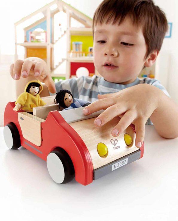 Coche grande de juguete para niños modelo familiar de hape fabricado en madera
