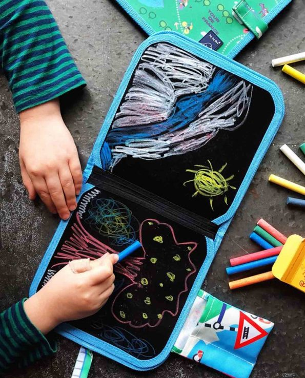 Libro pizarra de la marca Jaq Jaq Bird para niños y niñas para viajes y colegio con tizas