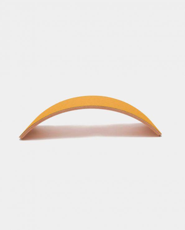 Tabla curva wobbel de madera cruda y fieltro de color mostaza