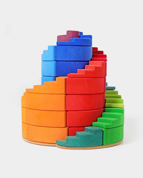 Torre de madera en espiral con piezas de madera de Grimms. Counterrotating Stepped Spiral Grimm's