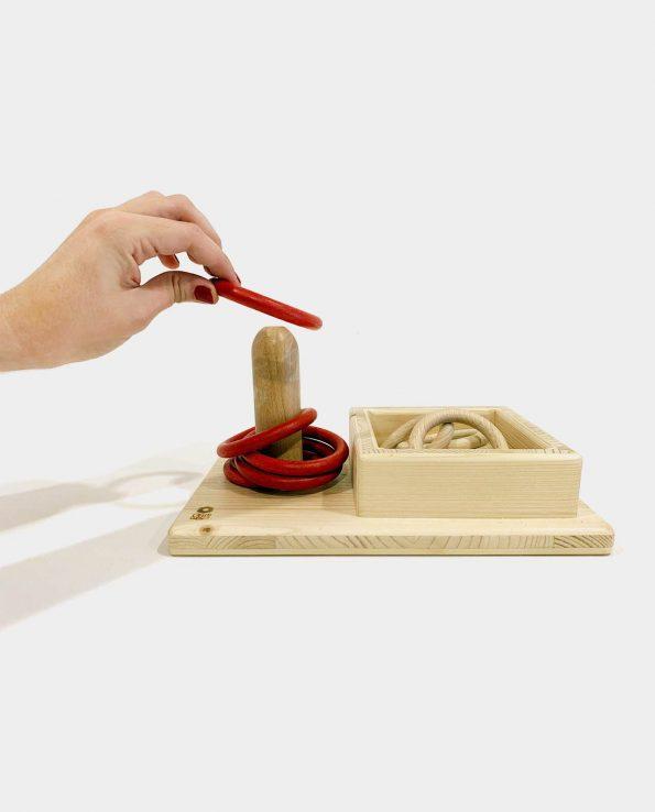 Juego encajable para bebés de madera natural con anillas y caja para guardarlas