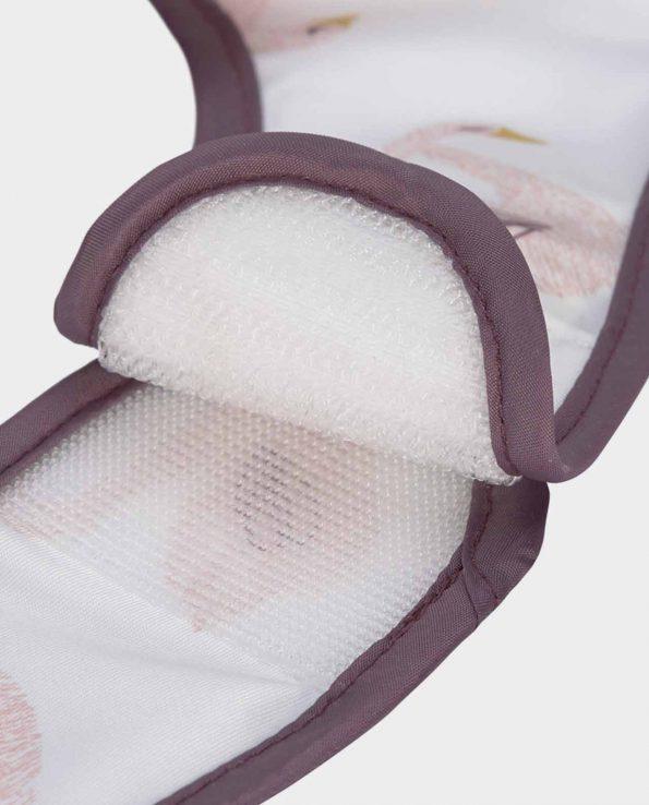 Babero impermeable con bolsillo de la marca Lassig modelo Cisnes
