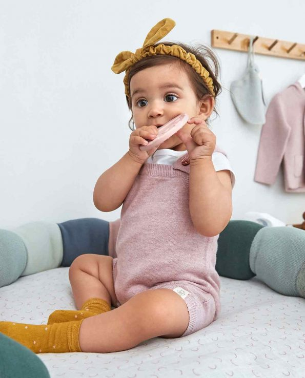 Mordedor de silicona alimentaria para bebés de Lassig con forma de seta rosa