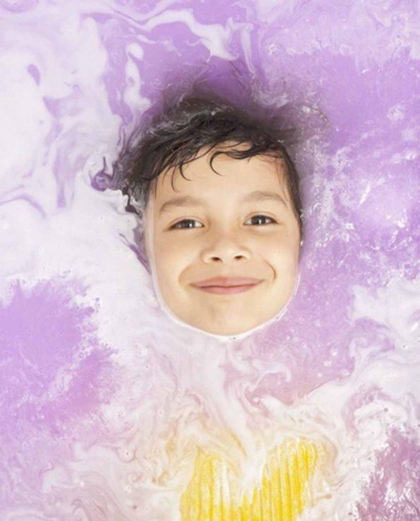 Sales de baño para niños que colorean el agua y dejan la piel muy suave