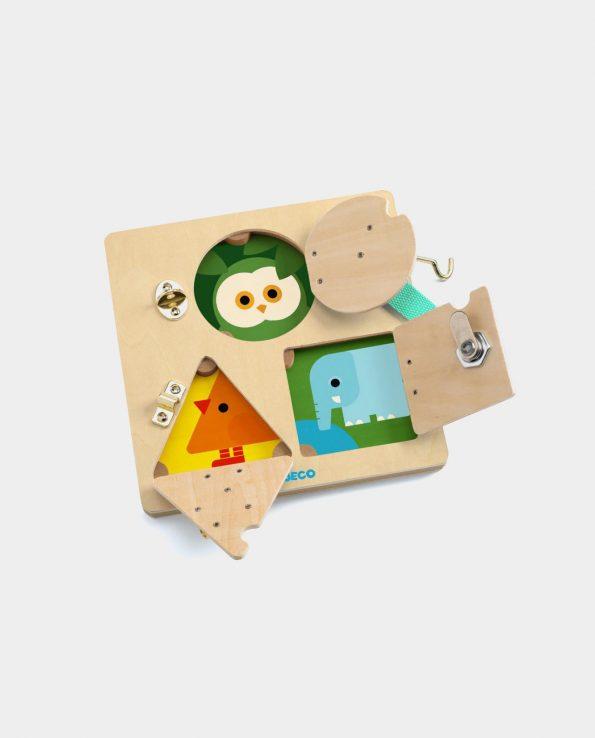 Lock Basic de Djeco es una caja de cerraduras para niños Montessori